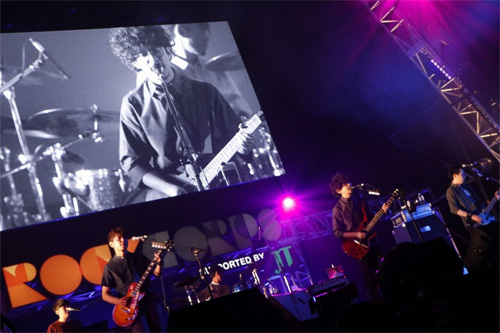 熱演するASIAN KUNG-FU GENERATION(C)RockCorps supported by JT