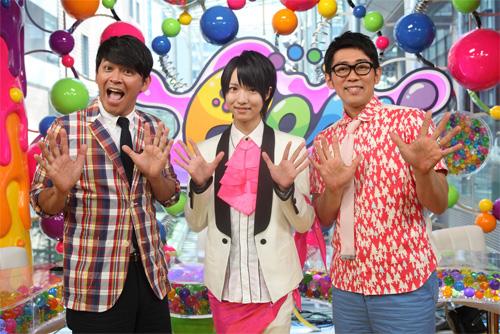 西岡健吾(中央)MCのますだおかだ岡田とビビる大木を挟んで