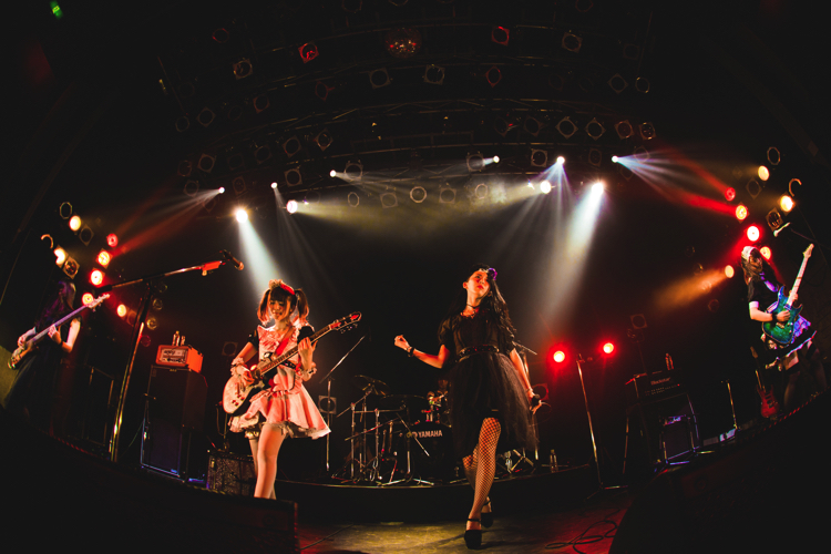 ツアーファイナルを渋谷O-WESTでおこなったメイドがロックを奏でるBAND-MAID(撮影・ヤマダマサヒロ)