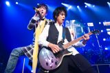 TETSUYAとギターの室姫深(撮影・今元秀明)