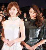 稲垣吾郎とともに、初日舞台挨拶に出席した主演の本田翼と山本美月