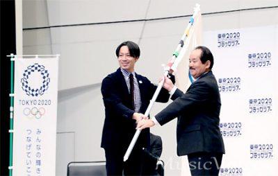 受け渡しをおこなった池田信太郎氏と八丈町教育委員会の佐藤誠教育長
