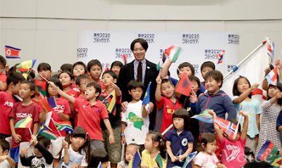 子供達に囲まれ記念撮影に応じる池田信太郎氏