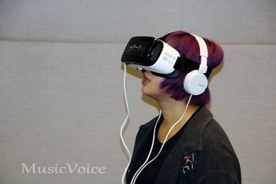 3Dでミオヤマザキの世界観を体感する様子(撮影・松尾模糊)
