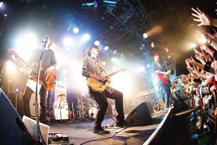 ベストアルバム『Lovers, Birthday, Music』を引っ提げて12月7日まで13公演を、対バン形式で繰り広げるLEGO BIG MORL(撮影・山川哲矢)