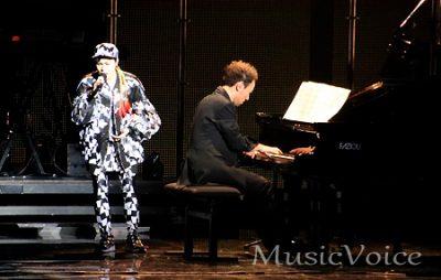 西川悟平のピアノ伴奏のもとで歌うAI(撮影・松尾模糊)