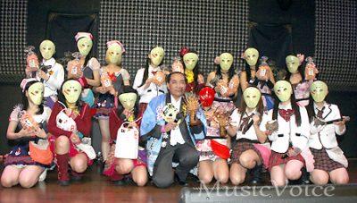 表敬訪問した千葉県いすみ市の太田洋市長を囲む仮面女子(撮影・桂 伸也)