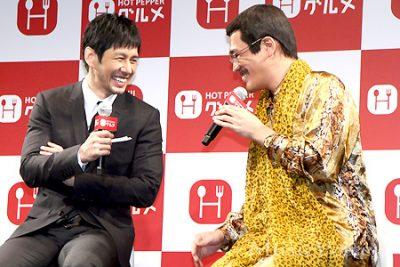 終始笑顔の西島秀俊とピコ太郎(撮影・桂 伸也)