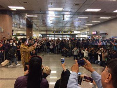 ピコ太郎を求めマスコミとファンが殺到した空港内