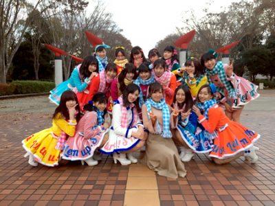 センターを務めた紺野あさ美アナを囲むSKE48