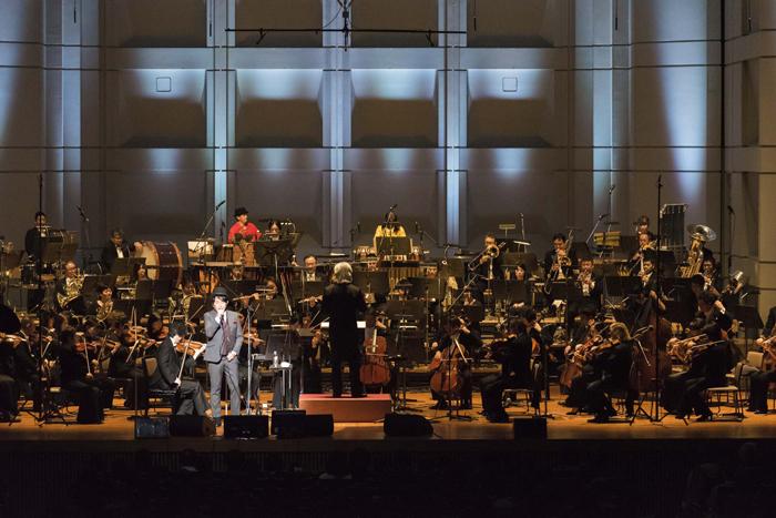 東京フィルハーモニー交響楽団をバックに熱唱する佐藤竹善(撮影・Ryota Mori)
