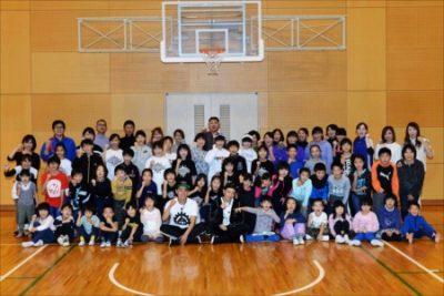 参加者と記念撮影をおこなった佐藤大樹