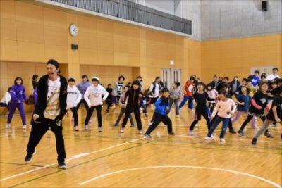 ダンス指導する佐藤大樹