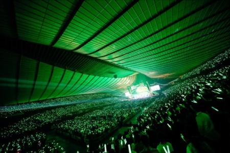 会場を埋め尽くす観客と緑のサイリウム