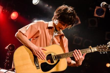 ギターを演奏する阪本奨悟