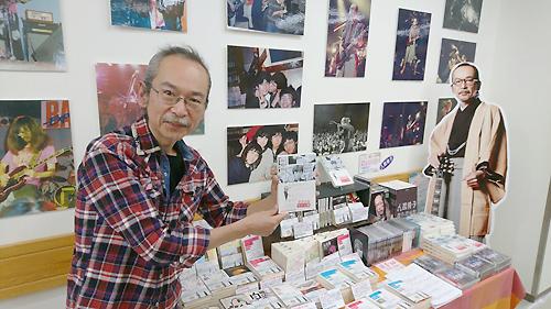 会場で記念撮影に応じた人間椅子・和嶋慎治