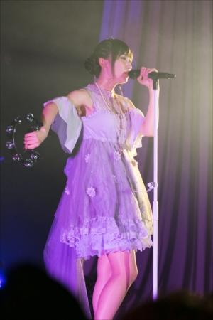 タンバリン片手に歌う山崎エリイ