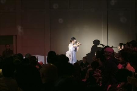 客席に降り歌う山崎エリイ