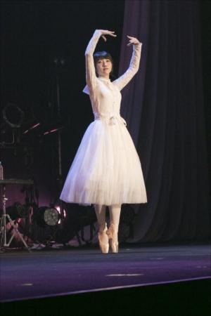 バレエを取り入れたダンスも披露した山崎エリイ