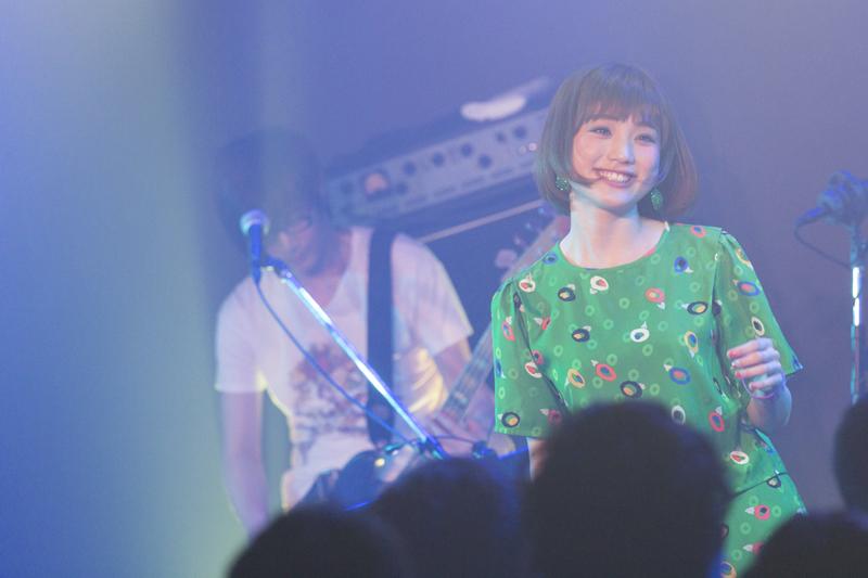瀬川あやか初の全国ツアー初日は、「小さなニッコリから大きなニッコリまで」を集めたフレンドリーなステージだった