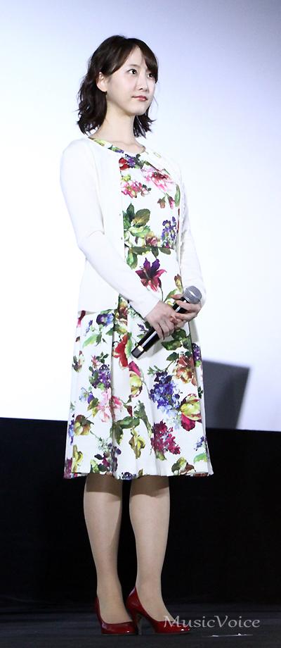 劇中さながら新川優愛とお揃いのドレスで登場した松井玲奈