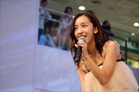 新曲発売イベントで歌唱した板野友美