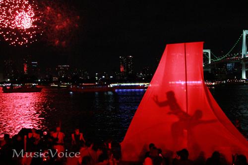 花火とダンスパフォーマンスで夜空を赤く塗る