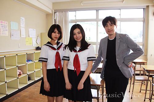 撮影の合間に記念撮影に応じる、左から吉崎綾、243、鶴久政治