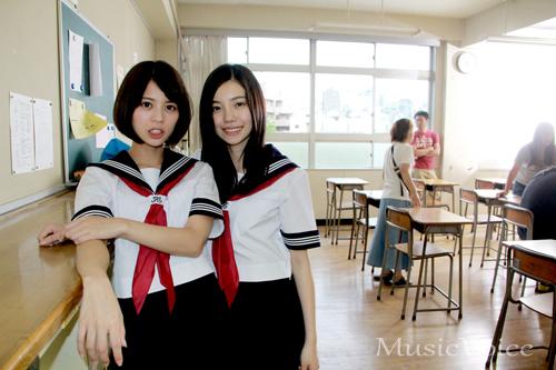 撮影の合間に撮影に応じる243と吉崎綾