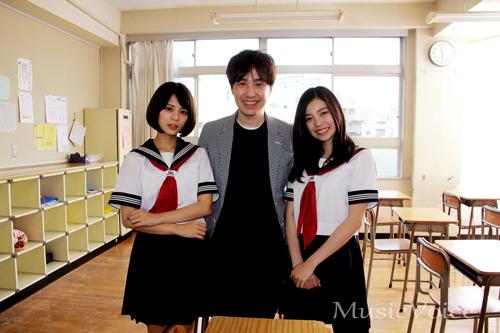 243(右)と吉崎綾(左)、鶴久政治