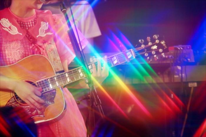 東京・渋谷Star loungeでメジャーデビューの前祝いとしてワンマンライブ『お祝いさせてあげまショー』をおこなったコレサワ(撮影=小坂茂雄)