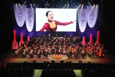 五輪選手のパフォーマンス映像とともにオーケストラが演奏