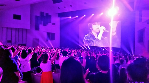 フィルムコンサートツアー初日のもよう。大歓声に包まれた