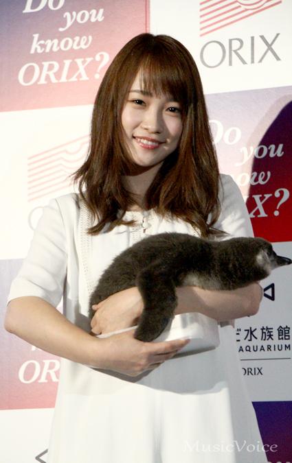 ペンギンを抱く川栄李奈