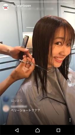 まさに今髪を切られようとしている瞬間の柏木由紀。どこか楽しんでいる様子だった。ライブ配信のキャプチャー画像(Instagramより)