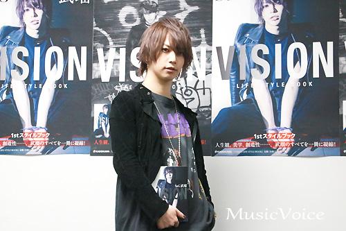 ライフスタイルブックの刊行記念イベントで撮影に応じるSuG・武瑠