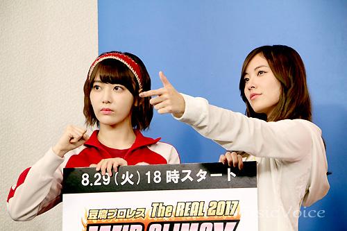 カメラに向けてポーズを決める松井珠理奈と宮脇咲良
