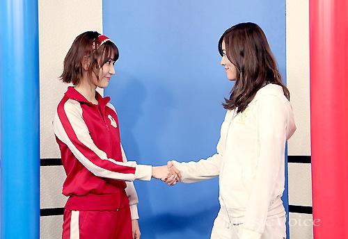 会見後、握手を交わす松井珠理奈と宮脇咲良