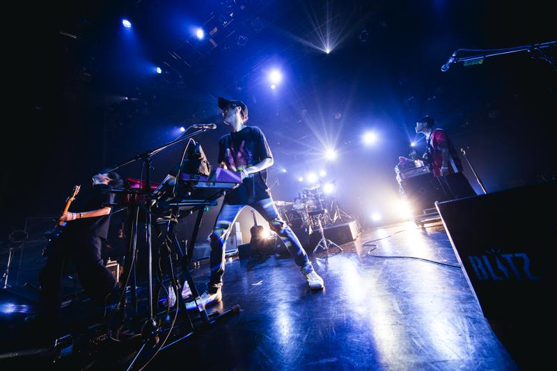 赤坂BLITZで全国ツアー『Mr. HOLIC 〜僕が虫で、君が男でも恋したいのです〜 TOUR』のファイナル公演をおこなったHOWL BE QUIET(撮影=山川哲矢)