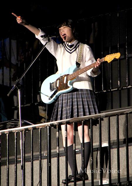 開会宣言をおこなう欅坂46平手友梨奈