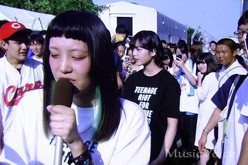 外にも飛び出した欅坂46平手友梨奈