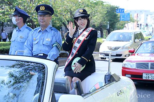 オープンカーへ搭乗しパレードで山手署管内を巡る仮面女子・神谷えりな