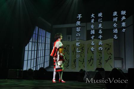 「詩吟:川中島」を披露する戸田恵子