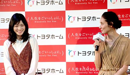 トヨタホームの新CM発表会に出席した吉田羊(右)と松岡茉優