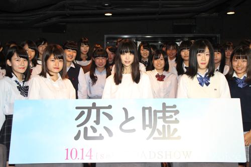 女子高生らと撮影に応じる森川葵