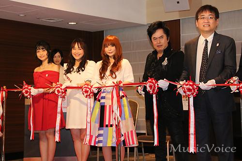 テープカットをするもよう 左から吉岡茉祐、井上あずみ、中川翔子、水木一郎、田中公平