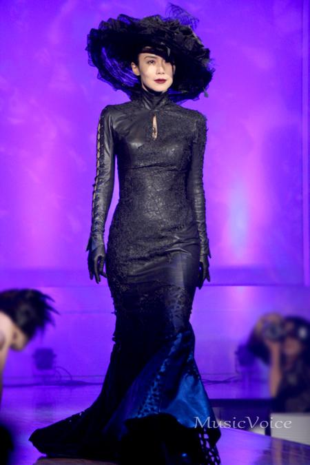 中谷美紀。舞台『黒蜥蜴』のイメージをファッションショーのランウェイを用いて表現していた