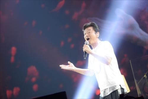 『桑田佳祐 LIVE TOUR 2017「がらくた」』の初日公演をおこなった桑田佳祐(撮影=岸田哲平)
