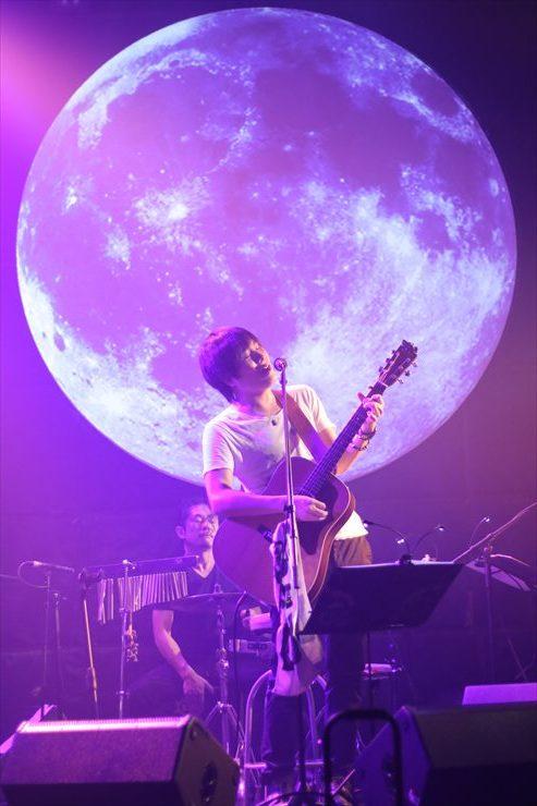 ステージバックに映る月のように、心に光を当て続けた
