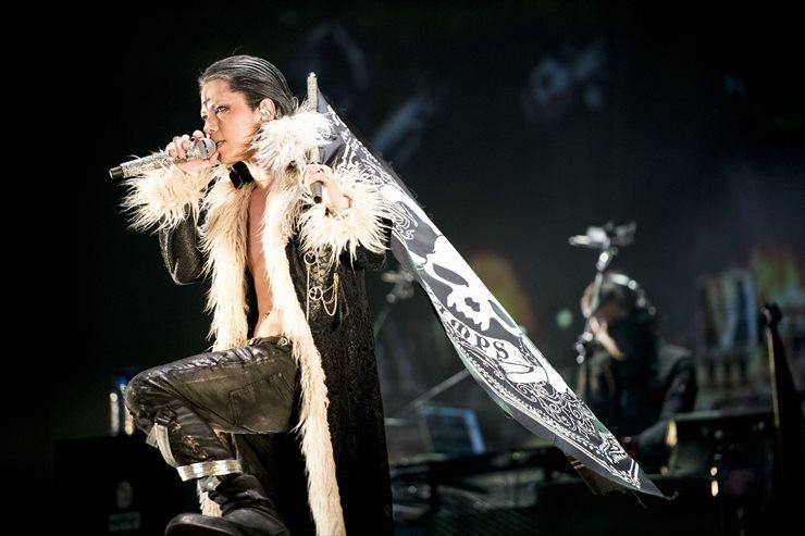 『HUNTER×HUNTER』のクロロ仮装で歌うHYDE(撮影=今元秀明、田中和子)